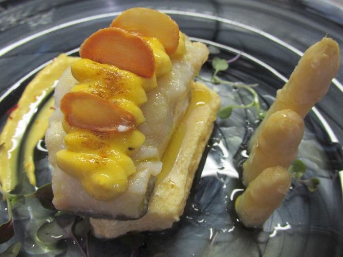 Lomo de bacalao en emulsión de azafrán la carrasca, Ajo de Arándiga y esparrágos de Novillas.