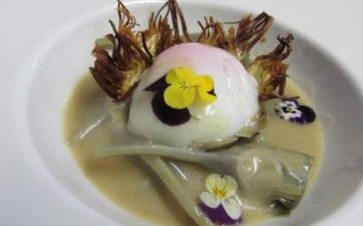 Alcachofas de Novillas sobre Velouté de cerveza Dos Bous y un huevo de corral de Lécera a baja temperatura