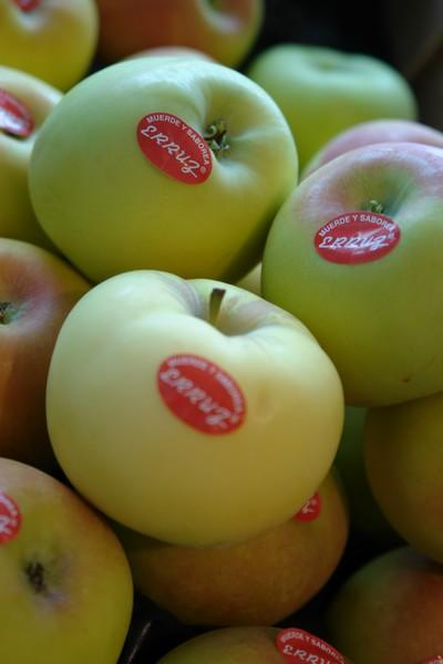 Ensalada de endivias con frutas de temporada y muesli de frutos secos