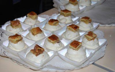 Flan sobre Torta de Bollo de Luesia, Salsa tofe y crujientes de Farinoso