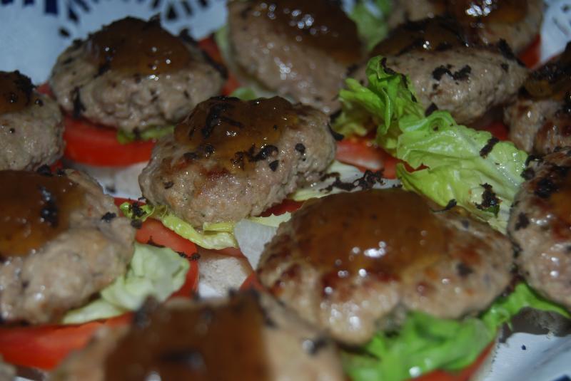 Mini hamburguesa de vacuno del pirineo con confitura de cebolla trufada y vino  Uncastellum rosado