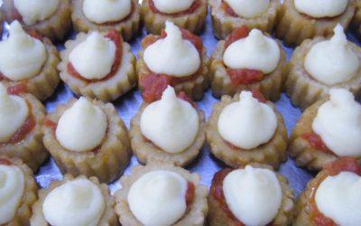 Bravas de patatas confitadas sobre lecho de tomate con casé y espuma de All-i-oli