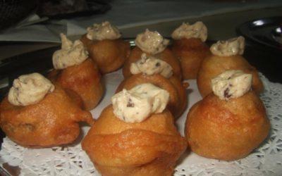 Buñuelos de morcilla de Erla con crema de olivas negras y cebolla