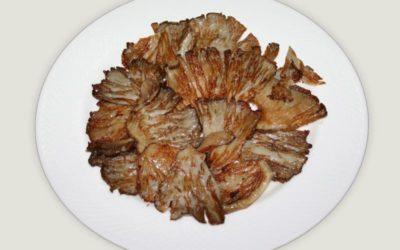 Plato de Jamón de Teruel servido con Setas fritas del Pinar de Cedrillas y Salsita de Cebolla dulce del huerto