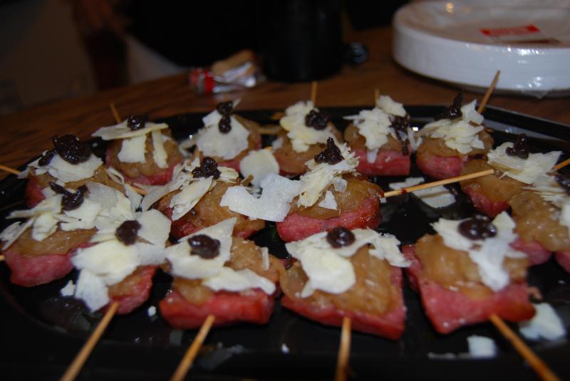 Brocheta de queso de vaca de Tauste con longaniza, cebolla estofada a la cerveza artesana de Gisberga y confitura de olivas de Empeltre